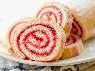 Рецепта Швейцарско руло със сладко от ягоди и пудра захар за десерт
